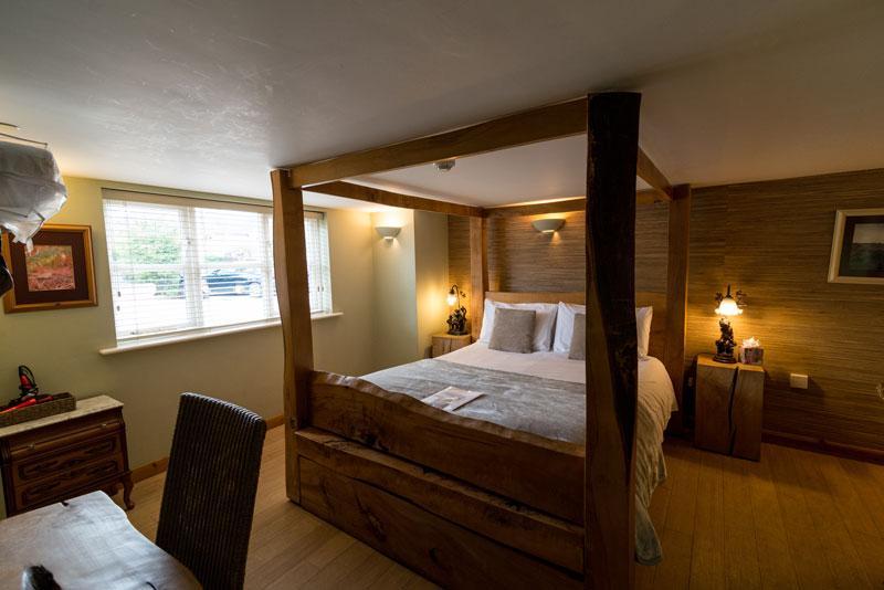 Cottage Lodge Hotel - Standing Hat room