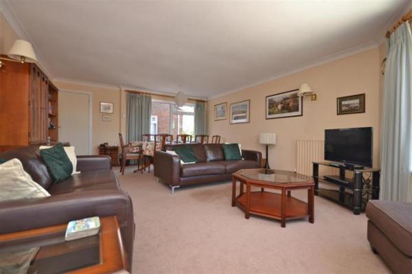 8 Admirals Court living room