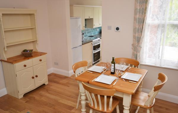 Damson Cottage dining area
